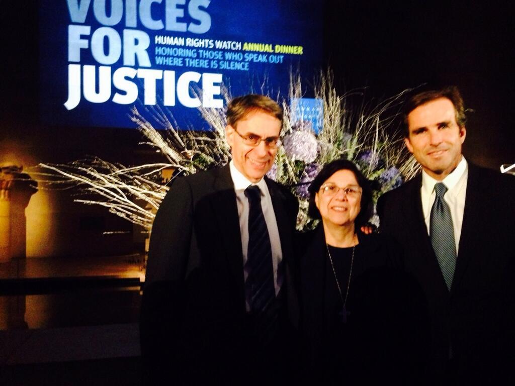 Director ejecutivo de Human Rights Watch Ken Roth, Hermana Consuelo Morales  y Bob Woodruff, periodista de ABC.